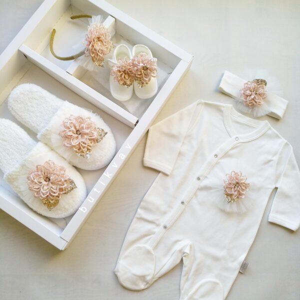 Kız Bebek 5li Lohusa Terlik Taç Seti 01 600x600 - Kız Bebek Çiçek Süslemeli 5'li Lohusa Terlik Taç Seti